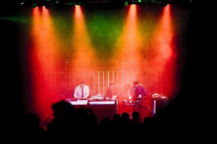 Aus dem Studio in die Menge: Was als Experimentier-Sound im Studio beginnt, servieren BBF ihrem Publik auf den Konzerten als perfektionierte, treibende Klangkost ©Nico Stinghe/ Park Bennet