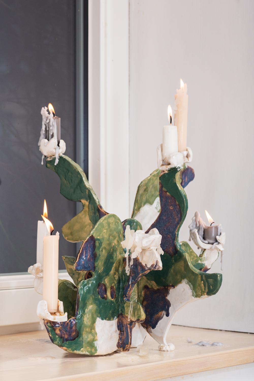 ©Maximilian Neumann, Kandelaber 2020 Keramik, glasiert, Häkelwerk 32,5x41x33cm